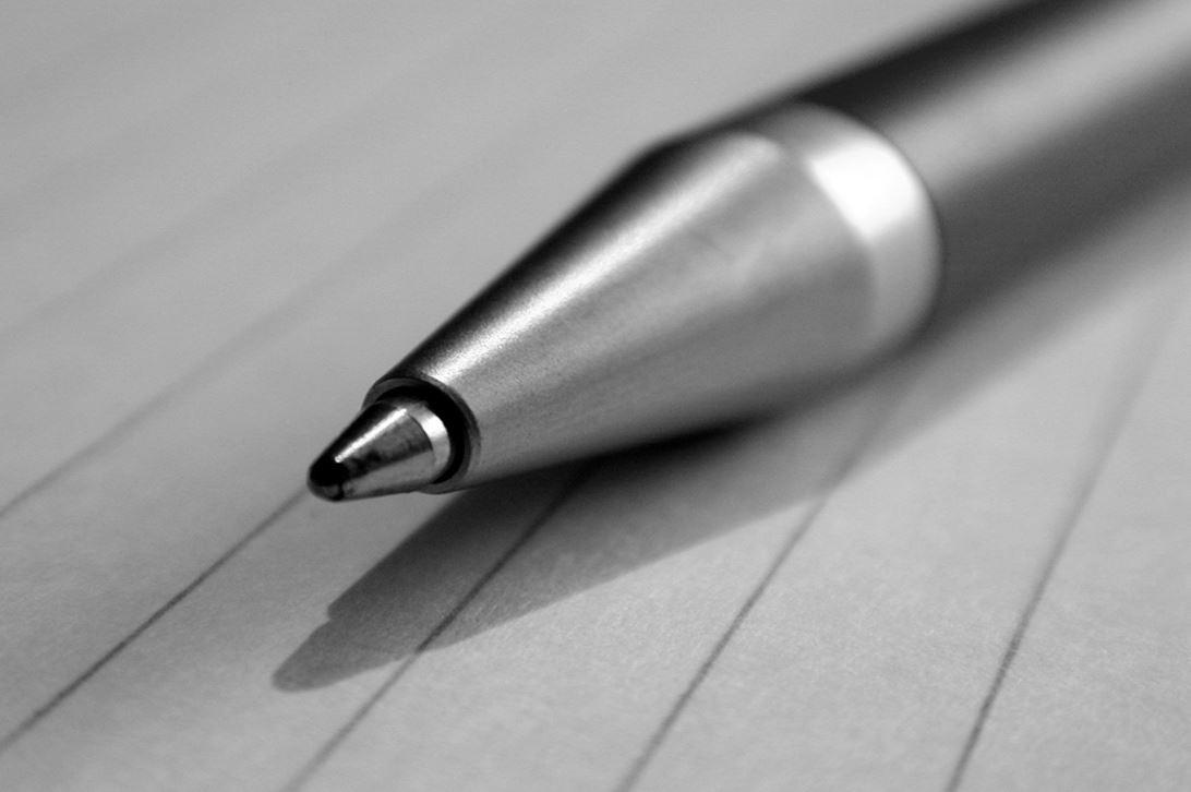 Kugelschreiber auf liniertem Papierjpg