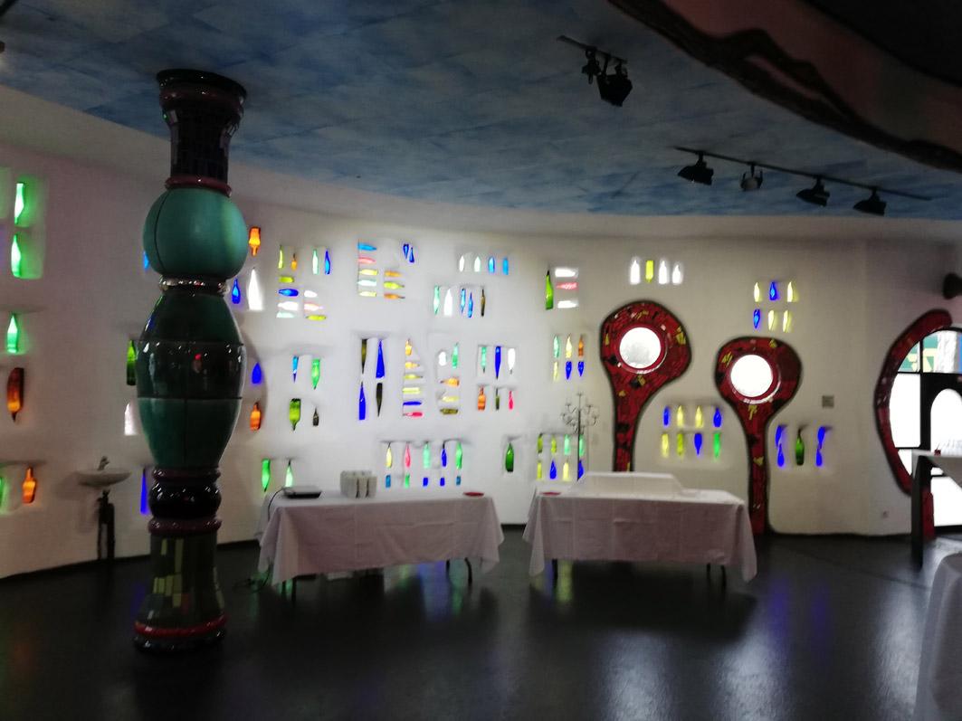 Transparente Wand aus farbigen Flaschenjpg