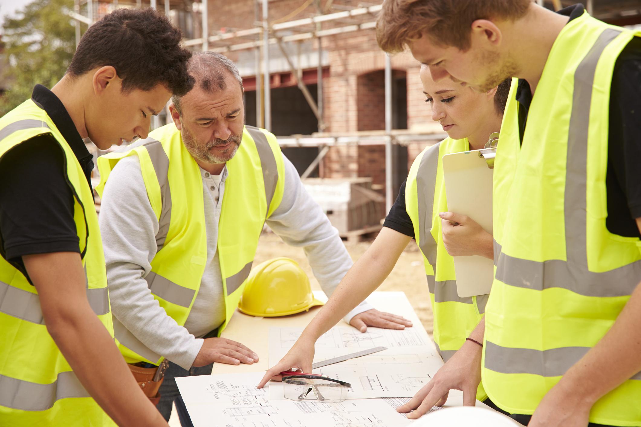 builder-auf-baustelle-diskutieren-arbeit-mit-apprenticejpg