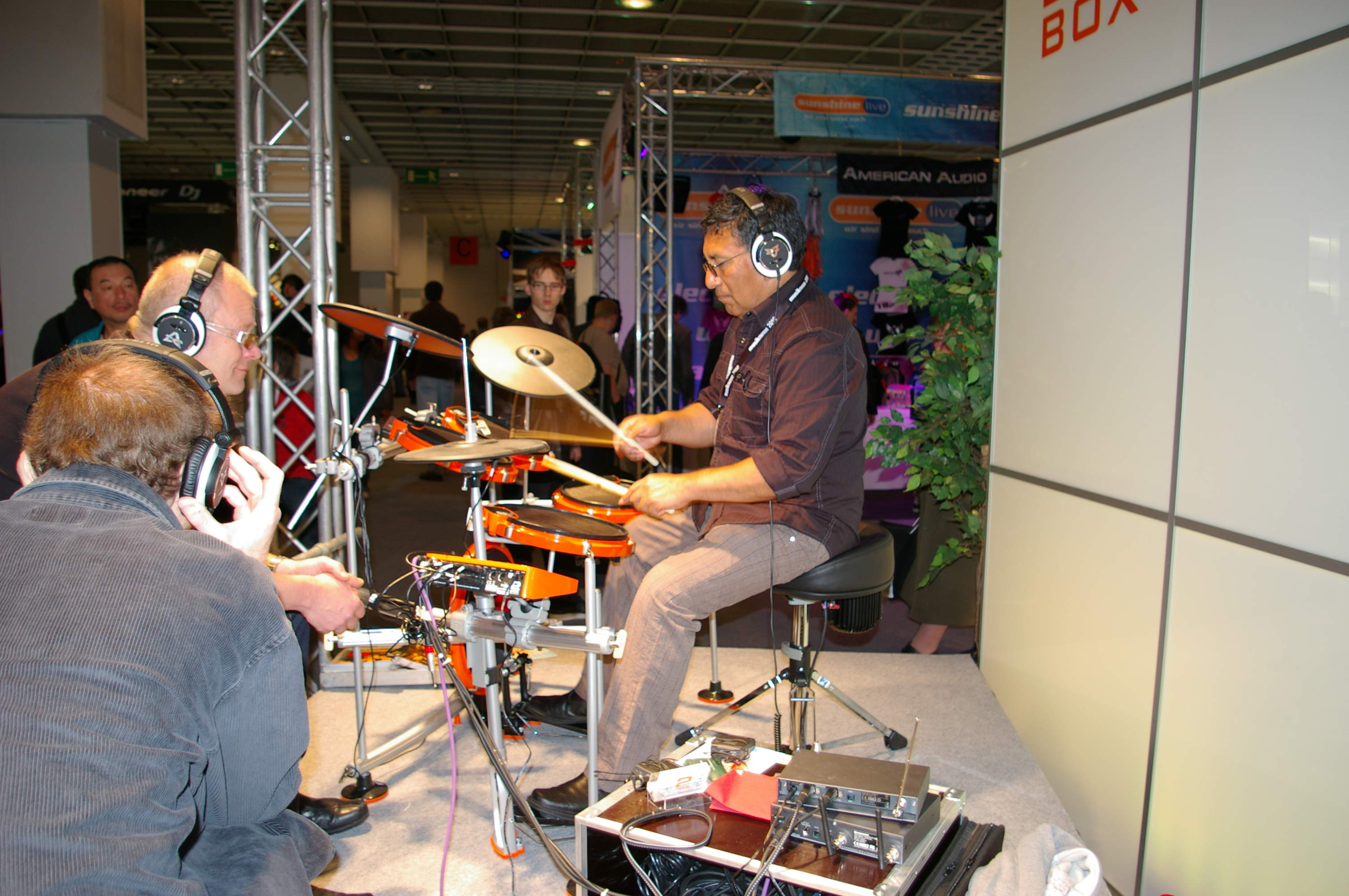 Foto-3-Alex-Acuna-Messe-Frankfurt-2Box-drumIt-Five