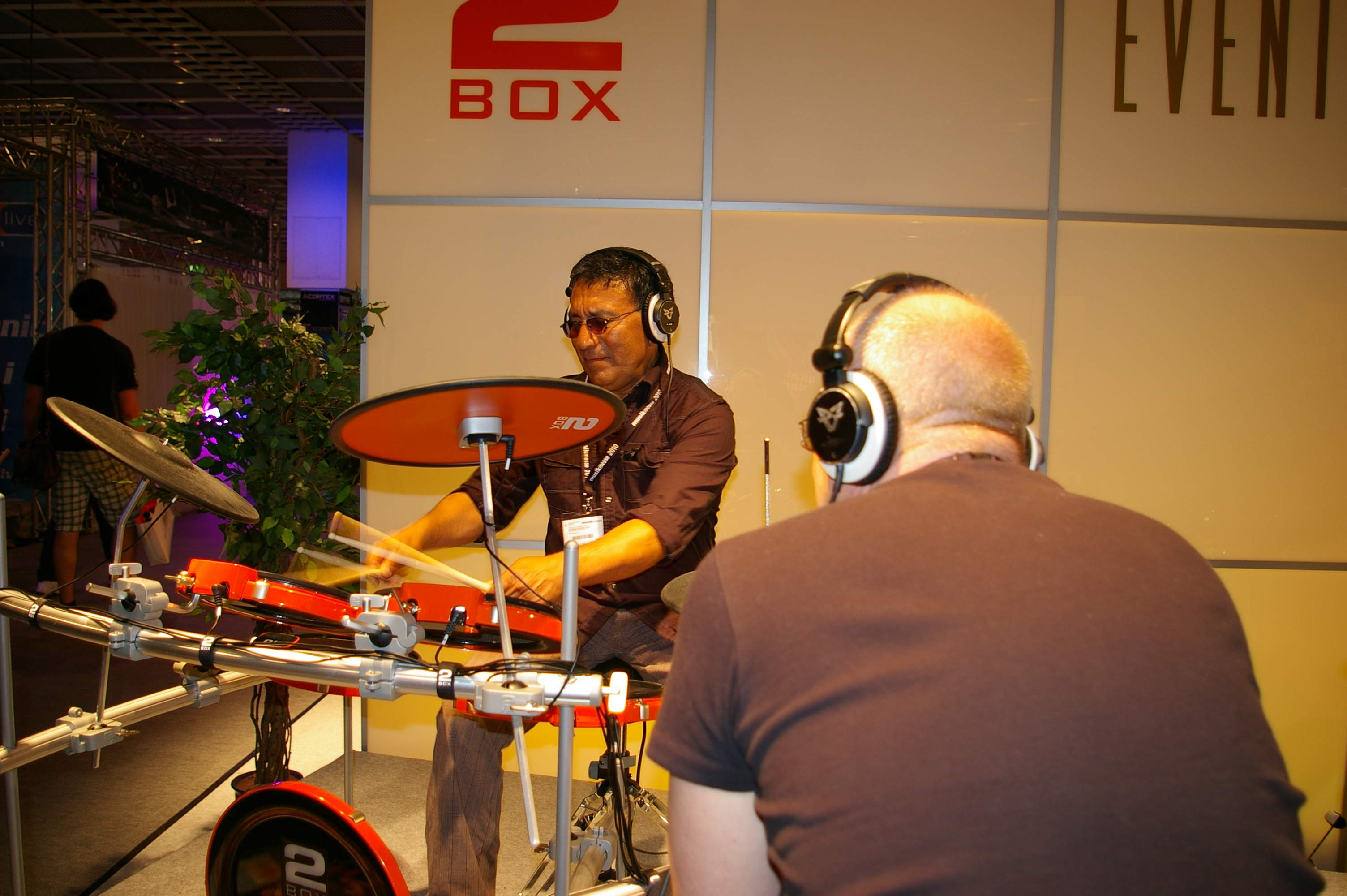 Foto-4-Alex-Acuna-Messe-Frankfurt-2Box-drumIt-Five
