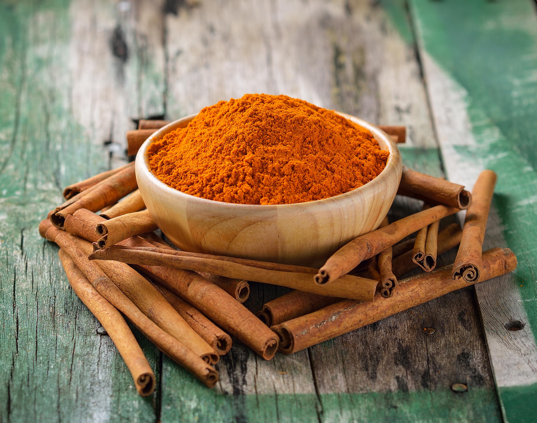 cinnamon-sticks-und-kurkuma-auf-holzjpg