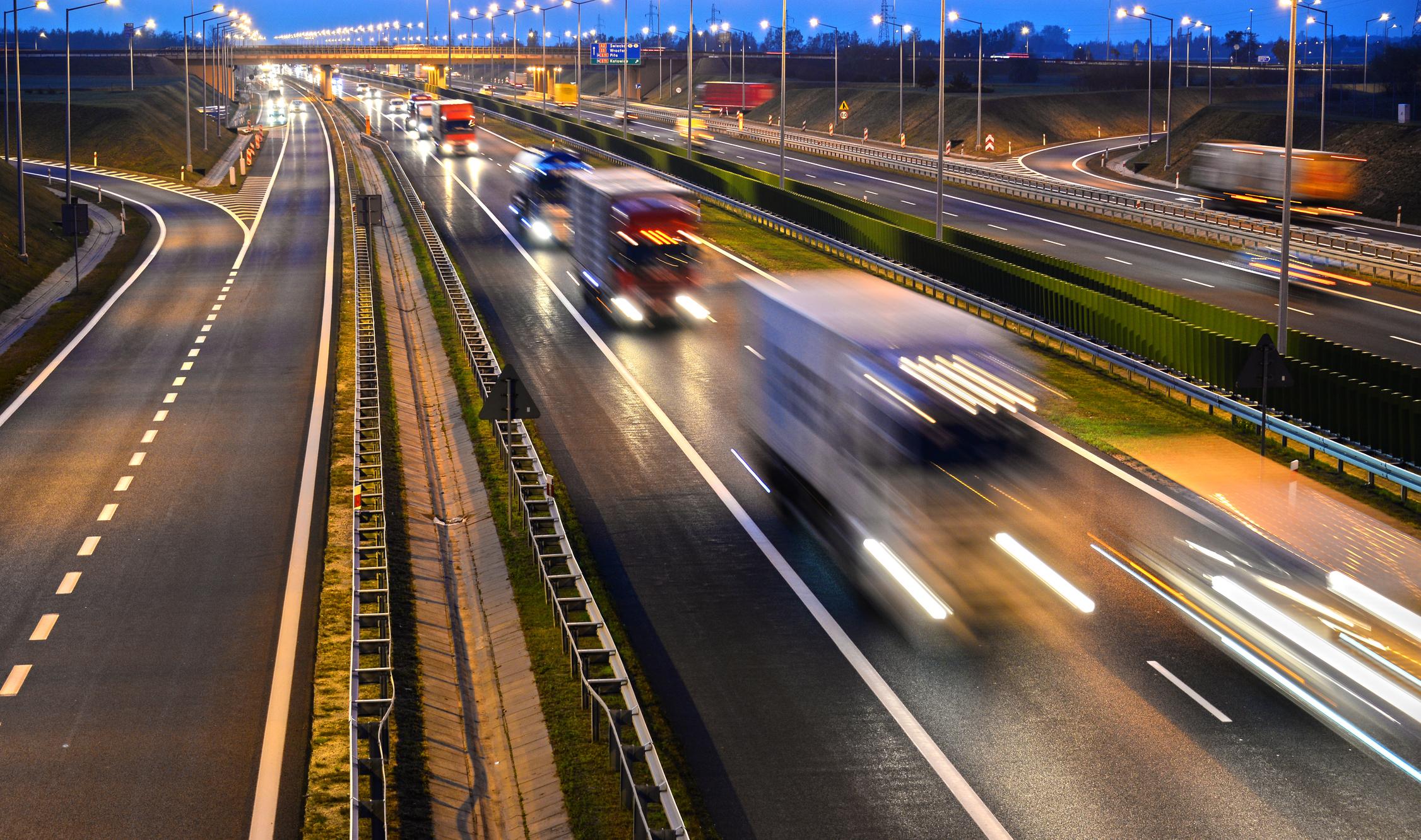 four-lane-kontrollierter-zugriff-autobahn-in-polenjpg