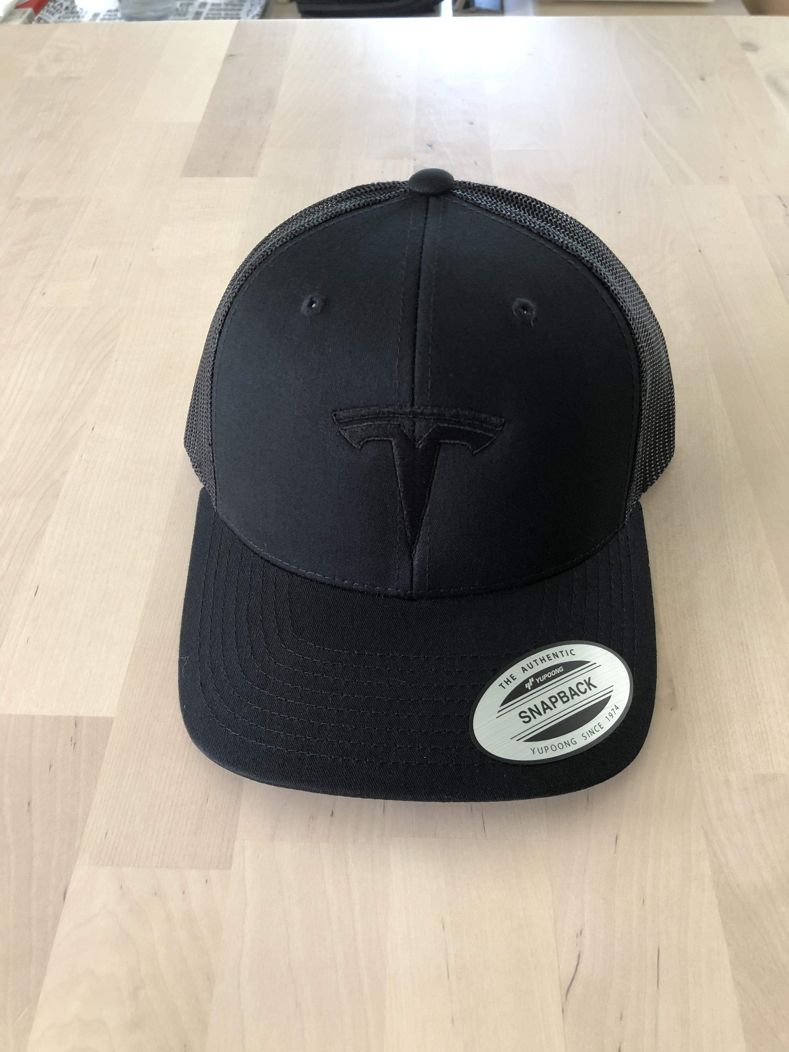 Cap CLASSIC Yupoong 6-Panel Retro Trucker Cap Black mit TESLA Stickerei