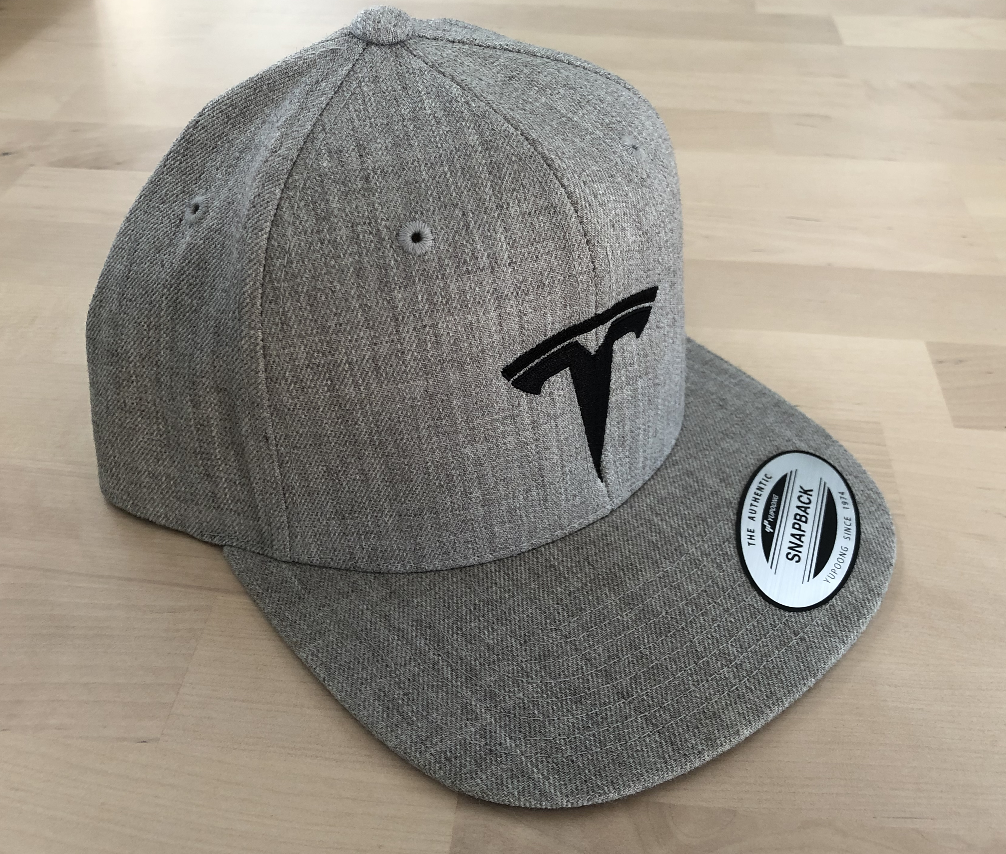 Cap CLASSIC Yupoong Snapback Heather Grey mit TESLA Stickerei