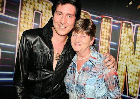 Elvis Imitator Tommy King mit seiner Mutter