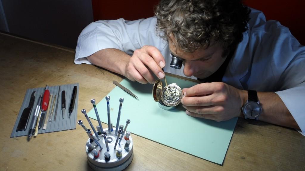 Uhrmacher  Uhrmacher und Rhabilleur für Batteriewechsel, Grossuhren ...